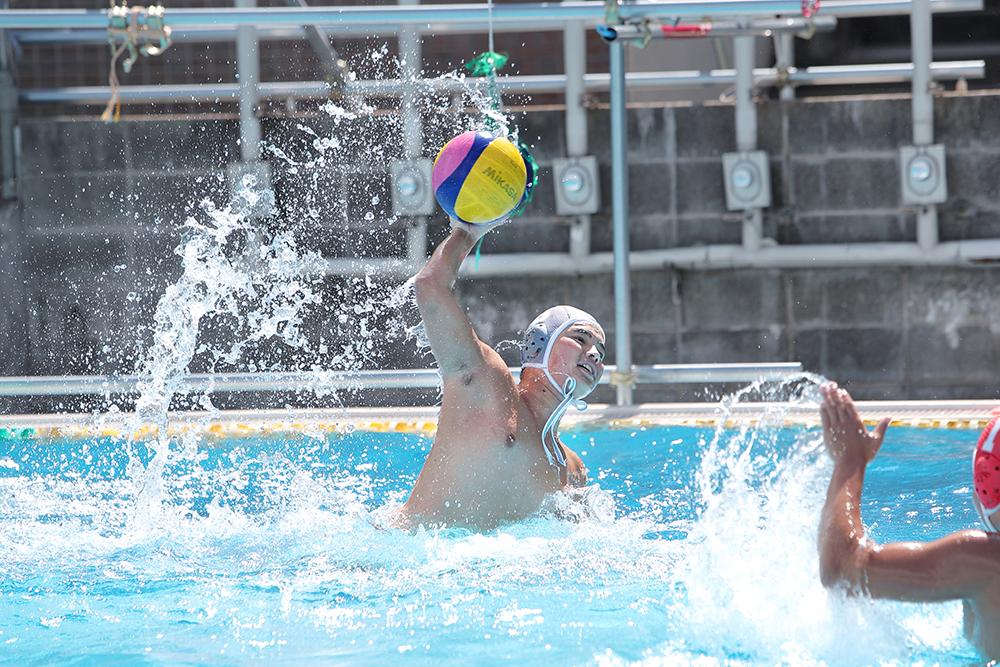 水球部は校内の専用プールで練習しています。
